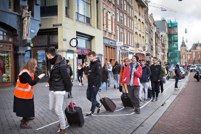 Twee Amsterdamse kunstacademiestudenten bedachten in 2018 een ludiek 'rolkoffertraject', zodat toeristen op het Damrak niet langer iedereen voor de voeten zouden lopen met hun koffers. In de hoofdstad groeit de weerstand tegen de 'airbnb-isering'. Vorig jaar vonden er 1,9 miljoen overnachtingen plaats via het bemiddelingsplatform.