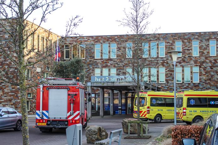 Hulpdiensten bij het Zonnehuis in Zwolle, waar zaterdagmiddag een bewoonster ernstig gewond raakte bij een brand. Ze overleed zondagochtend in het ziekenhuis.