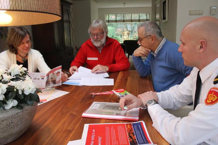Een evaluatie over de huisbezoeken in Hattem zorgde ervoor dat brandweer en politie besloten om vrijwilligers professioneel op te leiden.