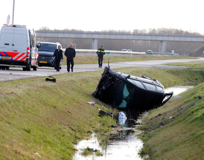 De auto sloeg door onbekende oorzaak over de kop en belandde in de sloot.