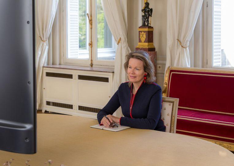Koningin Mathilde praat op afstand met de Denderhoutemse Jennifer Pots.