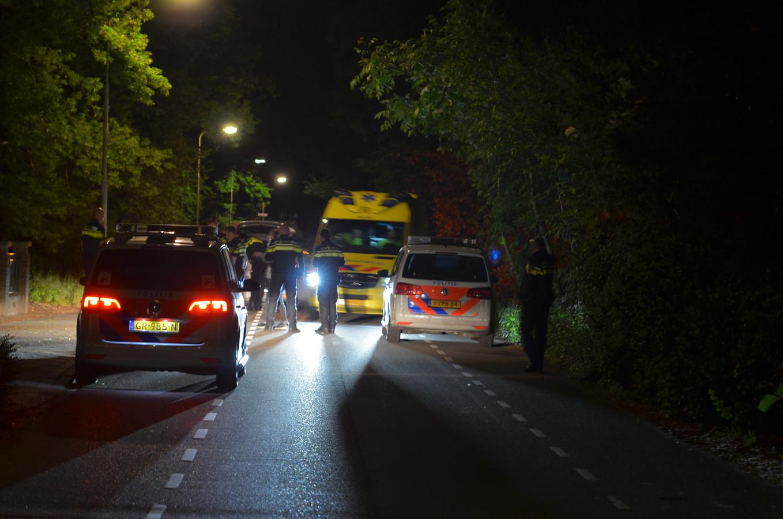 Politie en ambulancepersoneel aan de Dorpsstraat in Wichmond.
