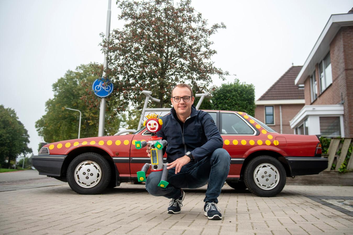 Guus (foto) kocht samen met John een replica van de beroemde auto van Bassie en Adriaan.
