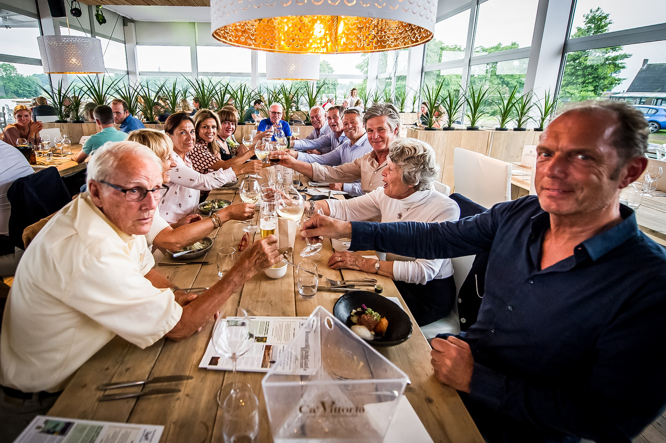 Onder het motto 'Goud ontmoet het witte goud' prikten onder meer oud-wielerkampioenen Joop Zoetemelk, Jan Janssen, Leo van Vliet en Leontien Zijlaard-van Moorsel donderdagavond in sappige asperges.  Foto Joris Knapen / Pix4Profs