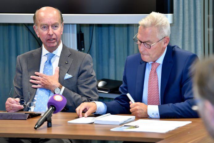 Bas Eenhoorn (l.) vanmiddag tijdens de presentatie van het onderzoeksrapport. Rechts commissielid René de Vries.