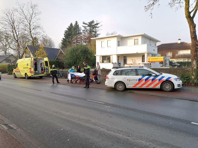 De gewonde fietsster is per ambulance naar het ziekenhuis in Ede gebracht.