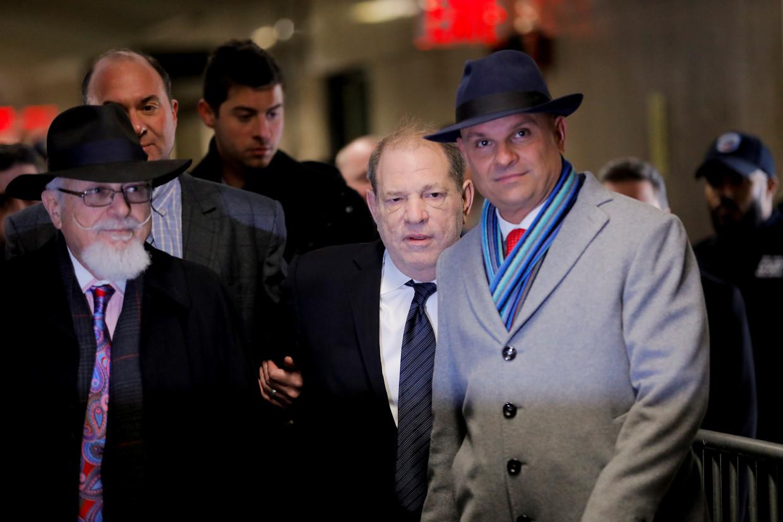 Harvey Weinstein arriveert bij de rechtbank.  Beeld Reuters