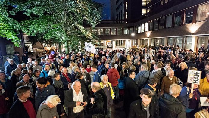 Zeker vierhonderd sympathisanten van de War trokken dinsdagavond vanaf de Brabantsestraat in een bonte optocht naar het stadhuis.