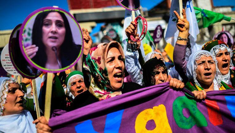 Vrouwelijke HDP-aanhangers spreken zich uit tegen het referendum tijdens een protestmars op 5 maart 2017 in Istanbul. Beeld afp