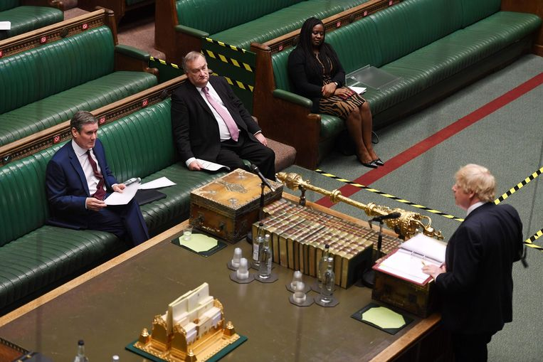 Elke woensdag opent Johnson het vragenuurtje, om dan meteen tegenover Starmer te staan. Beeld AFP