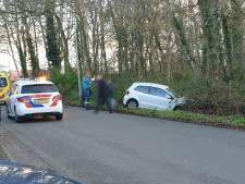 Auto raakt midden in woonwijk van de weg in Glanerbrug