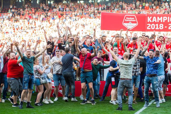FC Twente-fans vieren feest met de spelers.