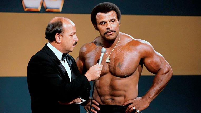 "Gene Okerlund interviewt Rocky ""Soul Man"" Johnson, de vader van Dwayne Johnson."