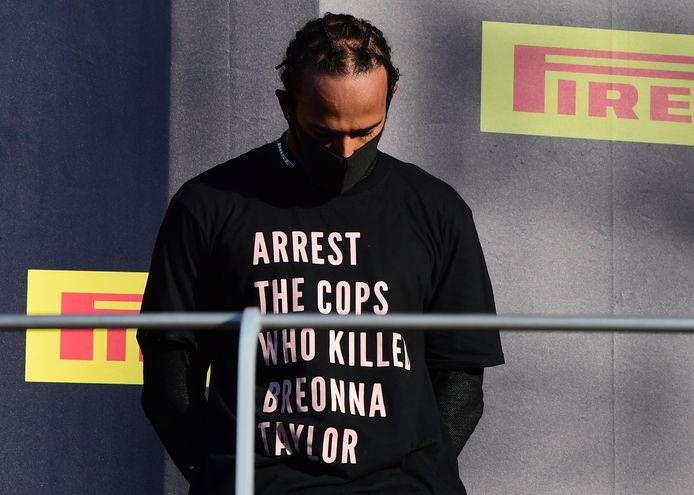 Het shirt dat Lewis Hamilton droeg tijdens de podiumceremonie in Mugello zorgt voor discussie.