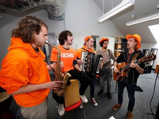 Muziekband Mooi Weer op Straat oefent voor Koningsnacht