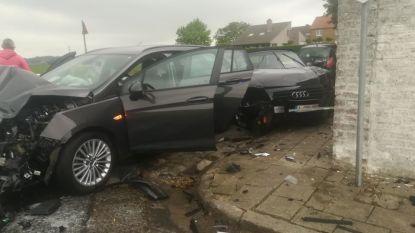 """Zwaar ongeval op kruispunt Kooigemstraat: """"Opnieuw auto in onze gevel, hier moet iets gebeuren"""""""