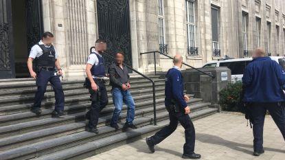 Vader die wapen greep van agent in jeugdrechtbank en trekker overhaalde, blijft aangehouden