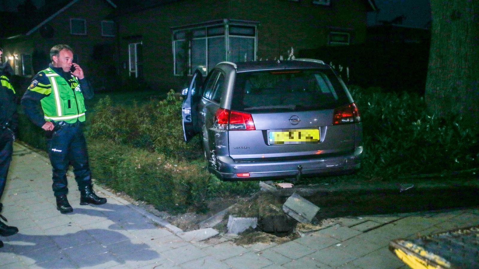 Nadat een man in Helmond door een brievenbus had geschoten, vluchtte hij met een handlanger. Tijdens een wilde achtervolging sprong zijn passagier uit de auto en overleed. De wagen eindigde in een tuin in Deurne.