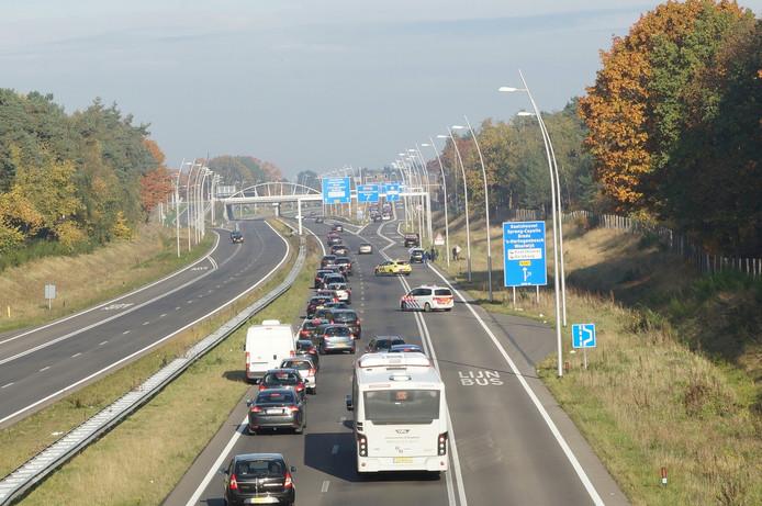 Na het ongeluk bij Kaatsheuvel is de busbaan en een deel van de rechter rijstrook afgesloten.