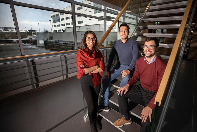 Tanvi Nautiyal, Emilio Bajonero en Frederik Lachmann (vlnr) bij ASML.