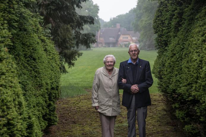 Harm en Riek Stevens bij de 'Doorkijk', een mooi plekje op landgoed De Wielewaal met uitzicht op het landhuis.