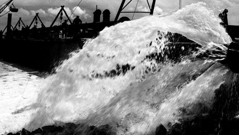 Sluiting van het dijkgat bij Stevensluis op Schouwen Duiveland. Beeld ANP