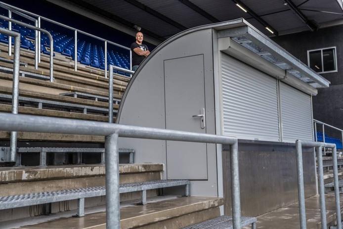 De nieuwe drankpunten belemmeren het zicht op het veld, stellen supporters. Foto Frans Paalman