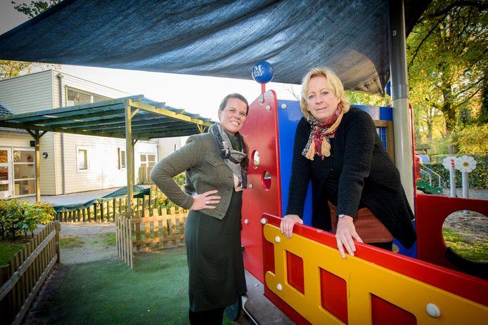Marjo van Wouden (r) en Miriam van der Werff in de tuin bij Dikkie & Dik.