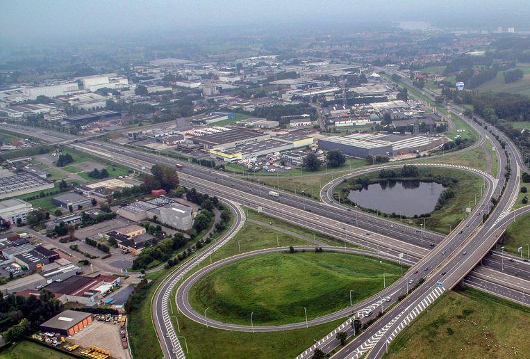 Het Oostjachtpark (links) en de TTS-zone (rechts): twee industrieparken die een veiligheidsscreening krijgen.