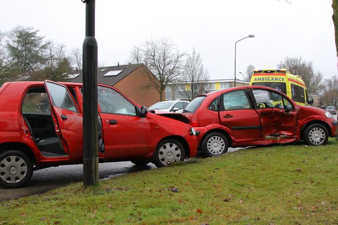 Zwaar beschadigde auto's na botsing op de Anklaarseweg in Apeldoorn