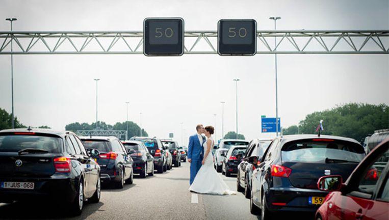 De A27, die loopt van Sint-Annabosch bij Breda tot Almere, werd onverwachts de locatie van een trouwfotoshoot.