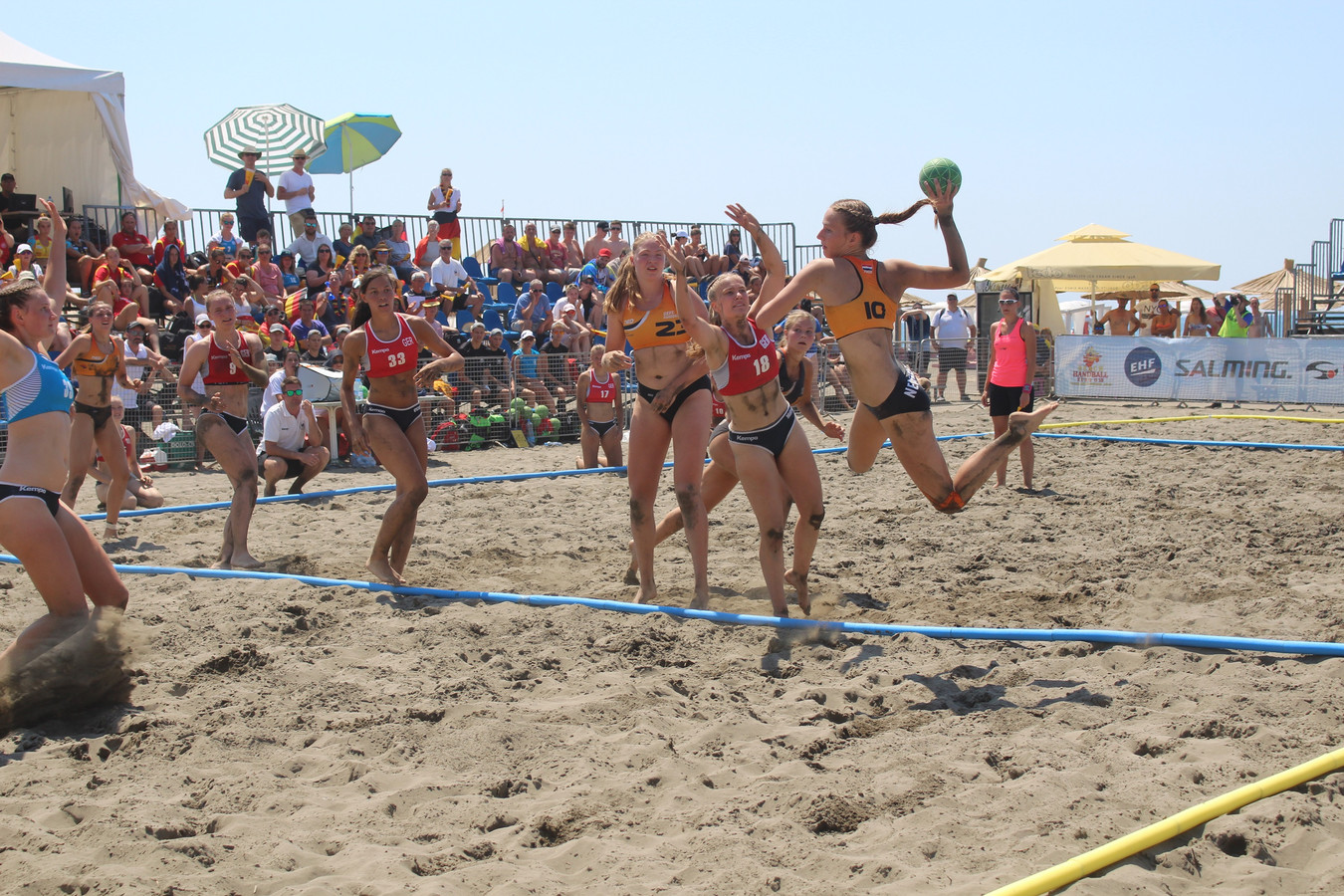 Het succesvolle Nederlandse beachhandbalteam onder 18 jaar in actie tijdens het EK in Montenegro.