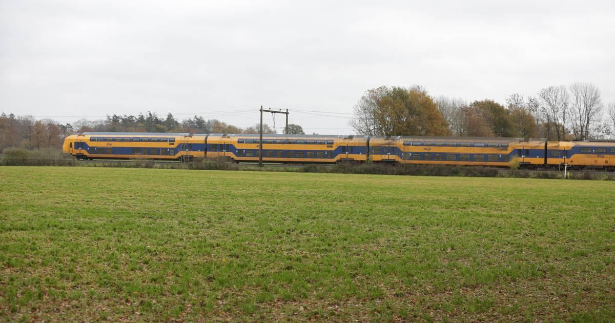 Treinverkeer uren plat tussen Almelo en Deventer na aanrijding.