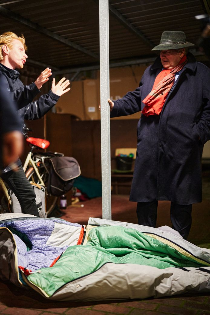 Sheltersuit-oprichter legt de sheltersuit uit aan de dakloze Gerard