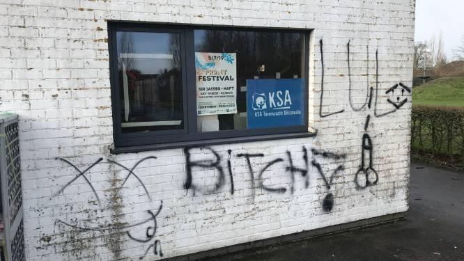 Gevel van KSA-lokaal besmeurd met graffiti
