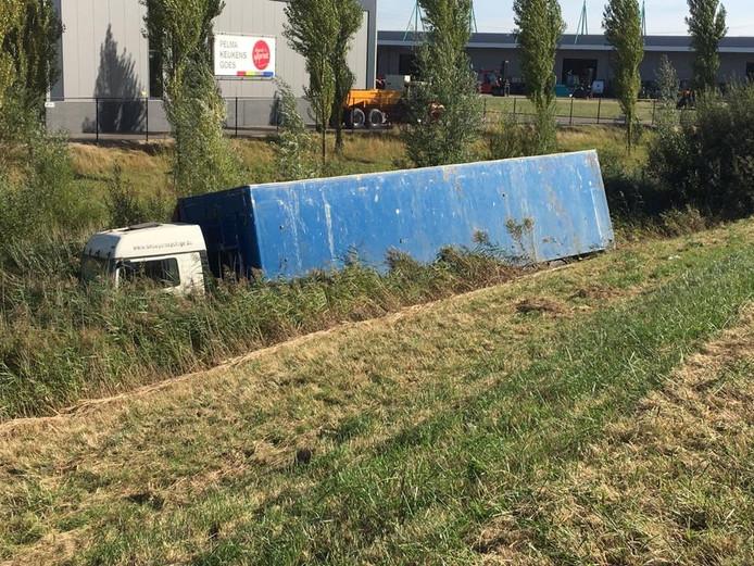 Vrachtwagen in de sloot op de A58.