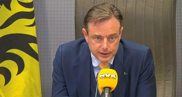 Bart De Wever (N-VA) geeft op een persconferentie tekst en uitleg over zijn startnota en de Vlaamse regeringsvorming.