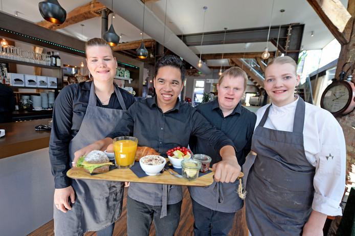 Medewerkers van Stadsboerderij Rijssen zijn actief in de bediening en de keuken. Vlnr: Aline, Ryan, Thomas en Henrike.