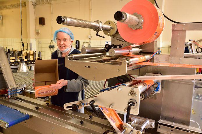 Directeur Ron Punselie achter een stilstaande machine in zijn koekjesfabriek in Gouda.