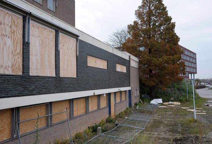 Het al jaren verlaten verpleeghuis Ter Schorre met erachter het eind 2013 opgeleverde wooncomplex Máxima.