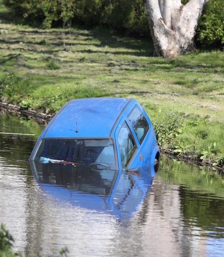 Auto belandt in sloot door aanrijding
