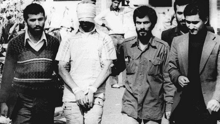 Een van de Amerikaanse gijzelaars in 1979 in Teheran. Beeld ap