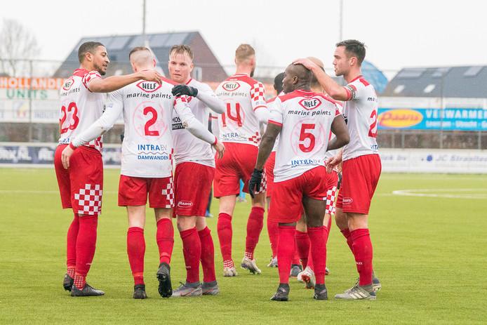 Royston Drenthe (rugnummer 5) wordt gefeliciteerd door zijn ploeggenoten.