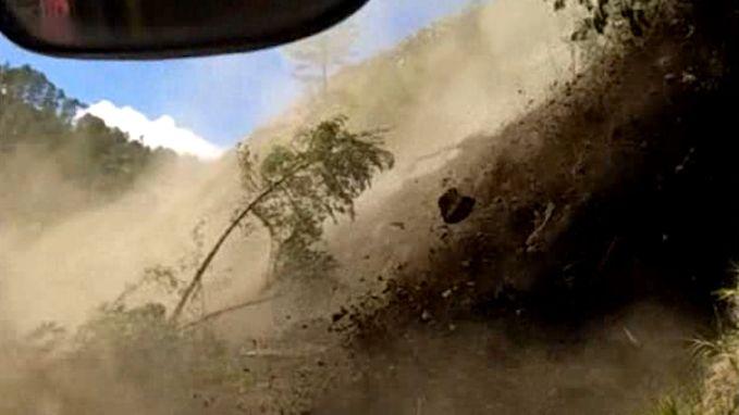VIDEO. Busreizigers staren dood in de ogen wanneer rotsen en bomen plots op bergweg donderen