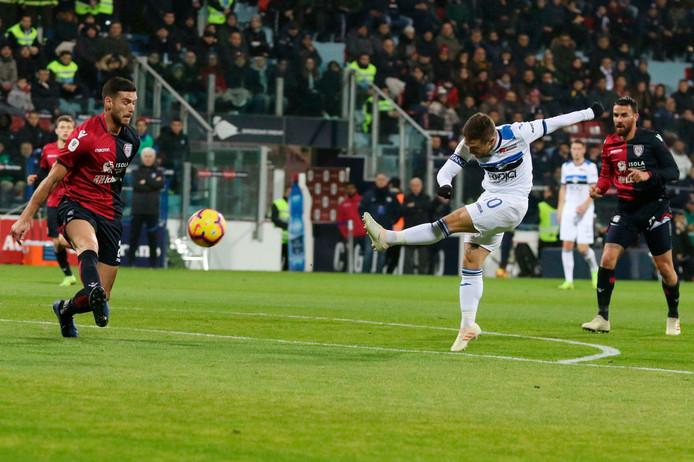 Atalanta-captain Alejandro Papu Gómez haalt uit tegen Cagliari.