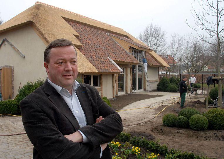 Jan Van Eyck voor het complex in Kasterlee.