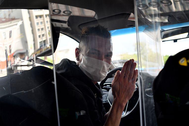 Aleksandr Sjisjkin heeft zijn Yandex-taxi coronabestendig gemaakt. Beeld Yuri Kozyrev / Noor