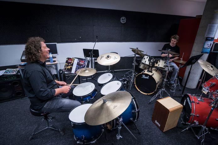 Drumdocent Erik Poorterman geeft weer 'live' les aan Tjeerd de Wit, op veilige afstand van elkaar.