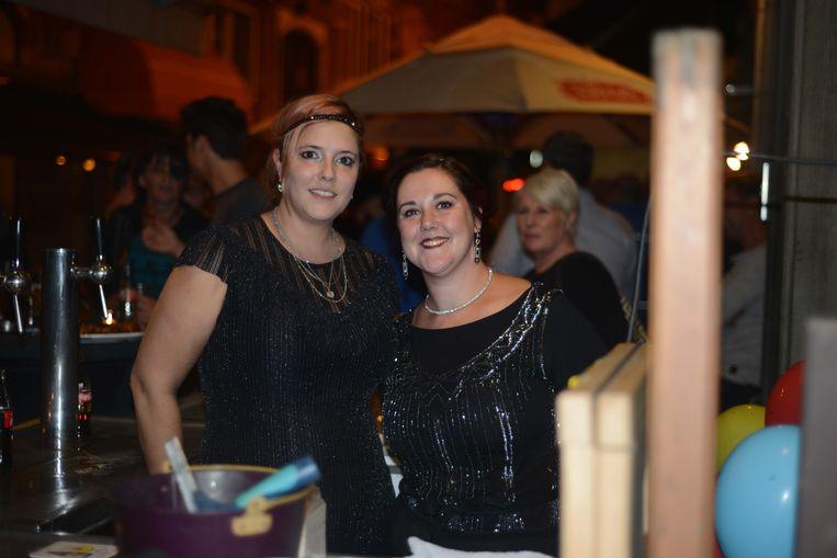 Cafébazin Karen Devroey gaf het goede voorbeeld op het Charleston-feestje. Op de achtergrond zien we Lien Degol (Open Vld) die al vele jaren klant is in Den Delper.