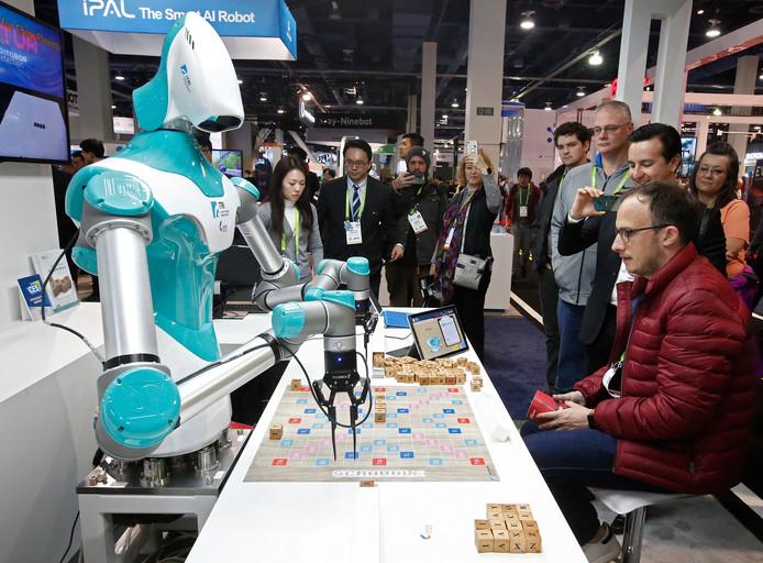 Robots waren er altijd al op de CES, maar nu maken fabrikanten steeds meer sociale robots om mensen gezelschap te houden of een spelletje te doen.